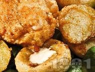 Рецепта Пържено пълнено пилешко филе с плънка от пушено топено сирене, панирано с яйца, сусам, брашно, бира и галета